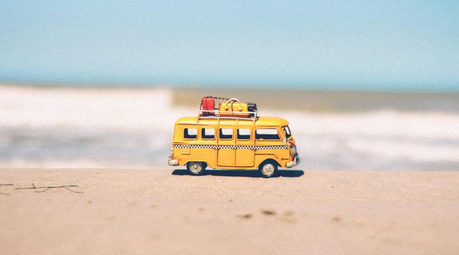 Furgoneta de juguete en la playa